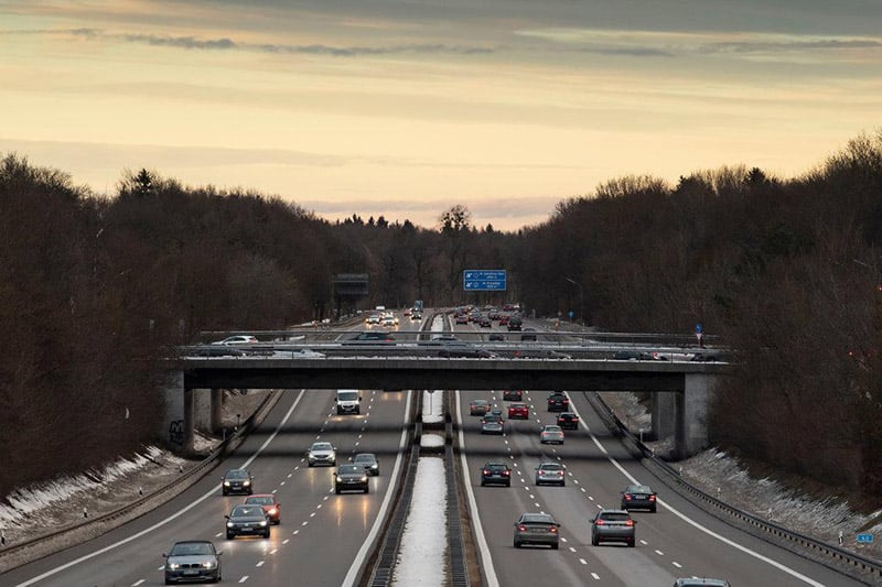 Carros nas estradas Autobahns em Berlim na Alemanha