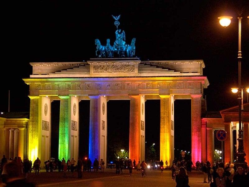 Portão de Brandemburgo com as cores da bandeira LGBT