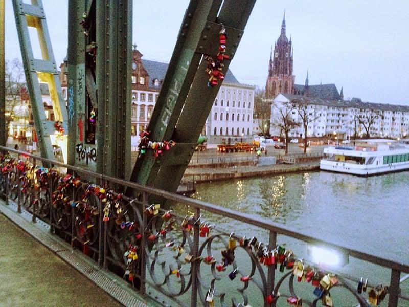 Cadeados na Ponte de Ferro em Frankfurt