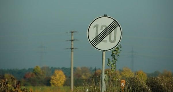 Placa sem limite de velocidade na Autobahn na Alemanha