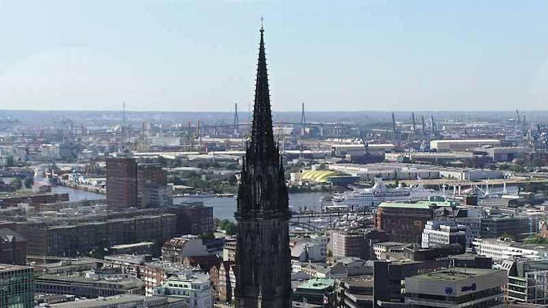 Vista da Igreja Sankt Nikolai em Hamburgo