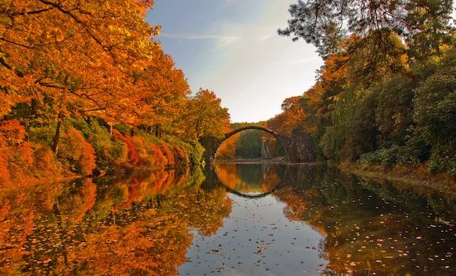 Cores da Ponte Rakotzbrücke no outono