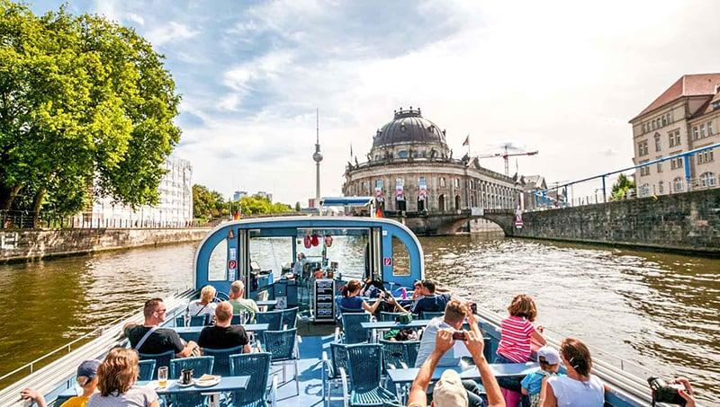 Turistas no passeio de barco em Berlim