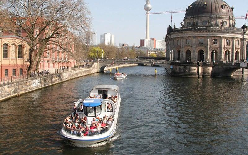 Acesso de barco pela Ilha dos Museus em Berlim