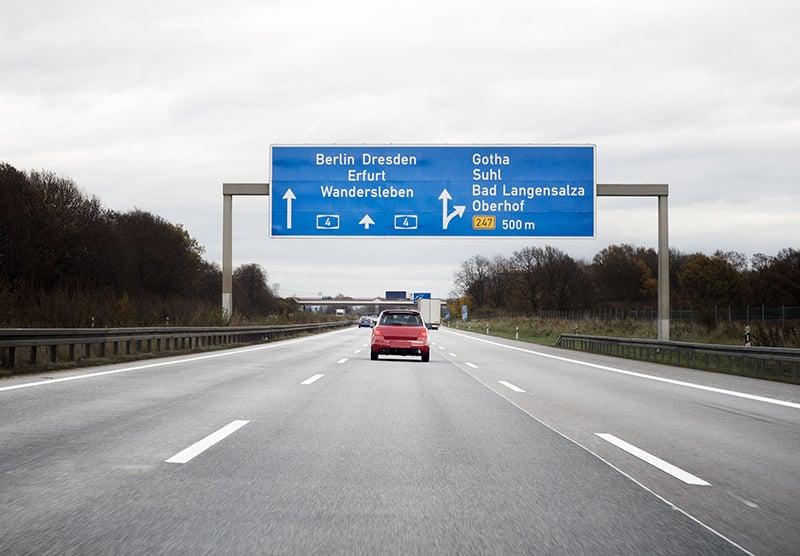 Carro na estrada para Berlim
