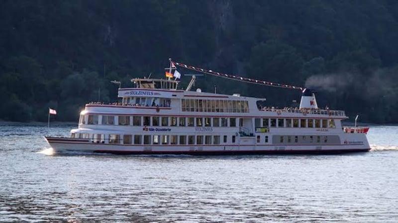 Barco pelo rio Reno em Colônia