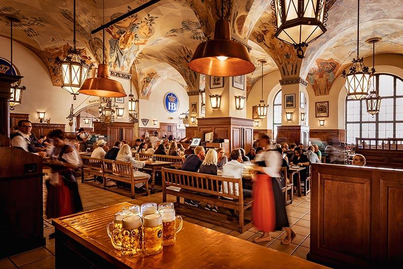 Interior da cervejaria Hofbräuhaus em Munique