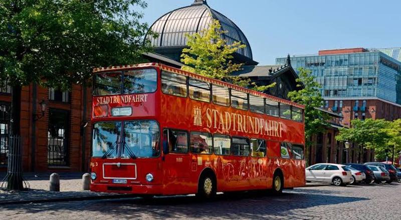Ônibus turístico na região central de Hamburgo
