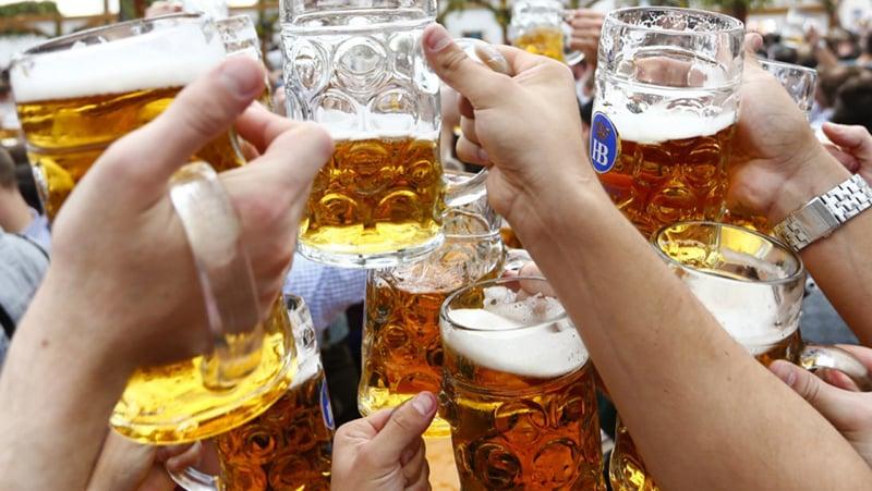 Brinde de cerveja em Munique