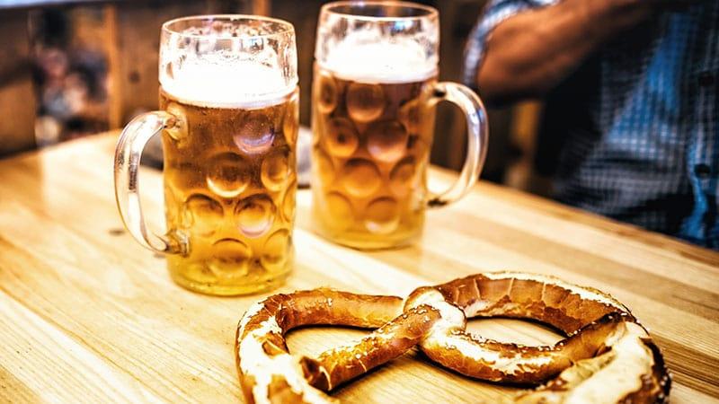 Cerveja e o pão Brezel em Munique